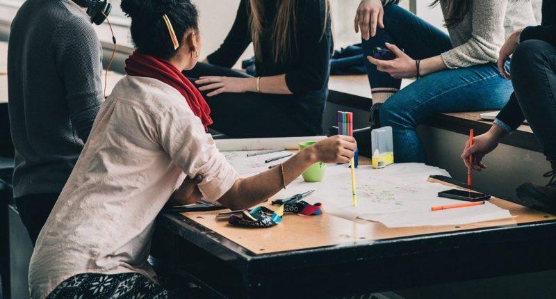 studenten lernen zusammen